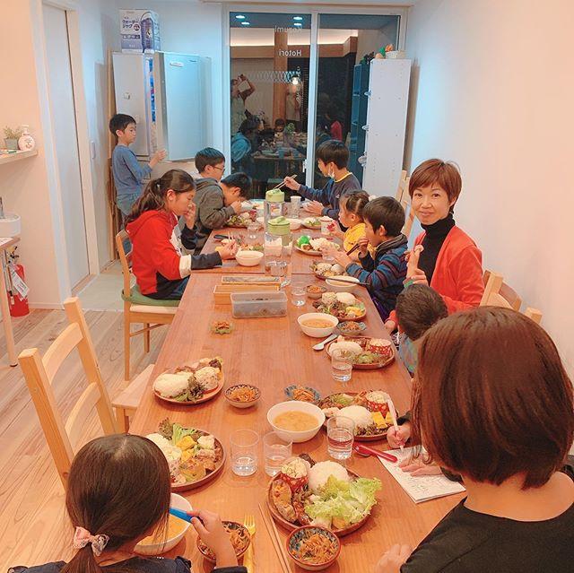 【親子食堂in八景市場】12/6 金沢区ママさん主催による親子食堂が開催されました!@kanazawaku_mama @hakkeiichiba 私も娘と参加@nonsan2014 お兄ちゃん、お姉ちゃんがいっぱいいて、娘も普段できない経験ができました️夫の仕事がら月半分くらいは、娘と二人でご飯を食べることがあるので、こうゆうみんなで夜ご飯食べる機会って大切だなっておもいました!毎月開催予定だそうです!詳しくは、金沢区ママさんより@kanazawaku_mama #金沢区#金沢区ママ#金沢区ママと繋がりたい#金沢文庫#金沢八景#能見台#京急富岡#六浦#京浜急行#シーサイドライン#地元盛り上げ隊#金沢区役所#横浜金沢観光協会#よこかな#金沢区広報部#金沢区ベビー#金沢区キッズ#金沢区パパ#金沢区ファミリー#並木#幸浦#福浦#野島#大道#朝比奈#釜利谷#シェアスペース#縁カフェ#こずみのほとり#八景市場