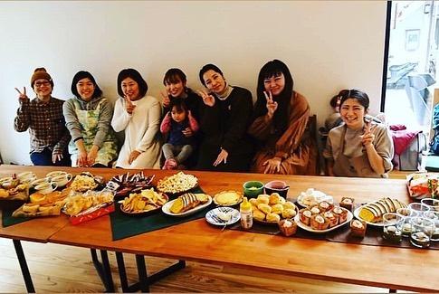 金沢区ママさん主催のママハンドメイドカフェに参加してきました!!@kanazawaku_mama 私はハンドメイドはしていませんが、ご近所で色々活動している方とお友達になれたらなと思い参加!次回のハンドメイドマーケットは、1/25.26に金沢八景のベーカリーaokiの5Fで開催されるそうです!パンは、ひろこさん🥖@hiroko.ouchipan デザート系は、まゆさん@mayuhys.325_hm @3clover_ko_bo デザイナーのかおりさん@peinture_____design 参加されていた作家さん@cocorouge117 @mariko_mamaca @y.a.o.y.a_ @atelier_titi @lokahi_fiore_kumi @kyumikyumi2 @aya551231 @yuko_kojima0611 @hellomockomocko ありがとうございました!!#金沢区#金沢区ママ#金沢区ママと繋がりたい#金沢文庫#金沢八景#能見台#京急富岡#六浦#京浜急行#シーサイドライン#地元盛り上げ隊#金沢区役所#横浜金沢観光協会#よこかな#金沢区広報部#金沢区ベビー#金沢区キッズ#金沢区パパ#金沢区ファミリー#並木#幸浦#福浦#野島#大道#朝比奈#釜利谷#シェアスペース#縁カフェ#こずみのほとり#八景市場