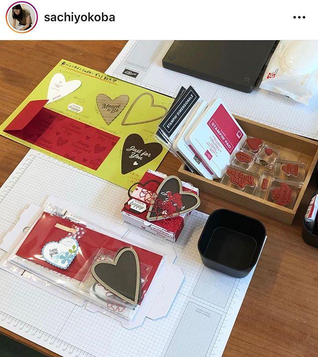 1/24 バレンタインボックスワークショップ🧰@sachiyokoba ↓↓八景市場さんでのワークショップは @cafe_en2018 カフェ縁さんのランチ付ご主人に初めて贈るバレンタインのギフトボックスを作りに、可愛いお子様と来てくれました〜バレンタインシェイカーギフトボックスは来月6日(木)、能見台の @solama.zakka さんでも行います❣️★ワークショップ情報★️1月27日(月) タマホーム様(ポピーのカード)平沼橋28日(火) ホームクラス(リクエスト)31日(金) タマホーム様(ポピーのカード)平沼橋️2月6日(木)solama zakka 様(バレンタイン)能見台️3月6日(金)solama zakka 様(チューリップ)能見台詳細は @sachiyokoba プロフィールのホームページリンクからご確認いただけます。★セラブレーション開催中★スタンピン・アップでは、3月31日(火)まで5,000円毎または10,000円毎のお買物でプレゼントアイテムが貰えちゃうキャンペーンを開催中です。デモンストレーター登録キャンペーンも行っています。詳しくはお問い合わせ下さい。#stampinup #stampinupdemo #スタンピンアップ #スタンピンアップジャパン公認デモンストレーター #スタンピンアップ公認デモンストレーター #スタンプクラフト #ハンドメイドカード #handmadecard #手作りカード #ワークショップ #プライベートレッスン #横浜市 #港南区 #金沢文庫 #八景市場